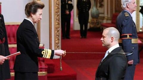 Jon Ive es nombrado caballero británico por la princesa Ana