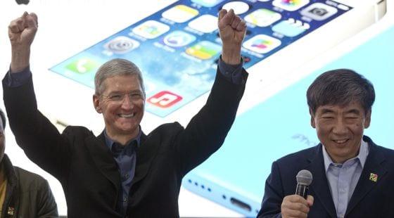 Los responsables de Apple, Tim Cook, y de China Mobile, Xi Guohua, en el acto del acuerdo. / ALEXANDER F. YUAN (AP)