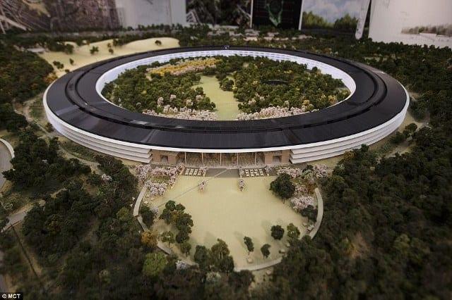 Imagen del Campus de Apple con una réplica de los huertos de California en un espacio central