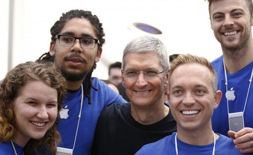 """Empleados contra Apple: """"trata a sus empleados como animales"""""""