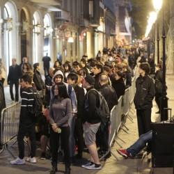 Cola ante la tienda de Apple en paseo de Gràcia para comprar los nuevos iPhone 6S y iPhone 6S Plus IMAGEN Carlos Montañés