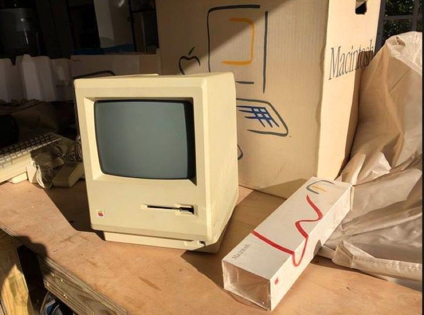 Ordenador Macintosh en su caja