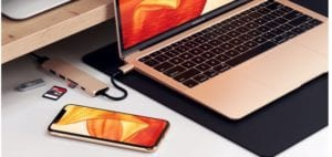 MacBook dorado y iPhone