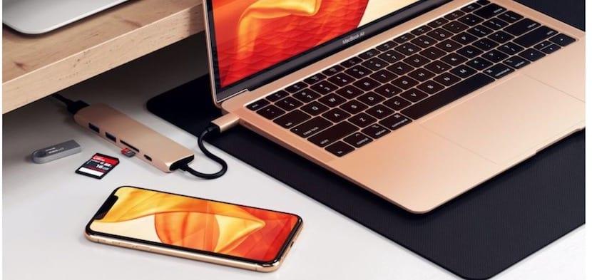 MacBook dorado y iPhone