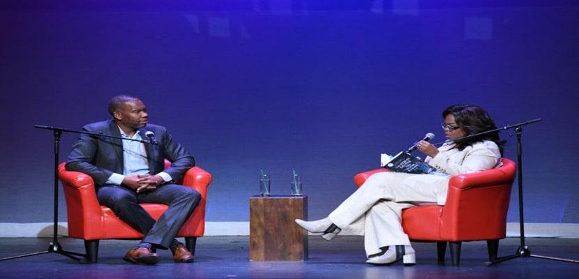 Ta-Nehisi Coates Autor del libro The Water Dancer, conversando con Oprah Winfrey
