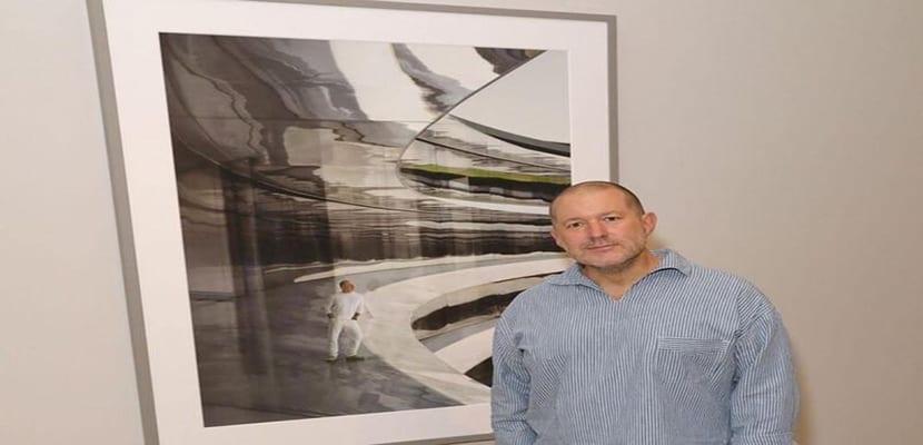 Jony Ive posa junto al retrato que le han hecho y que forma parte del National Portrait Gallery