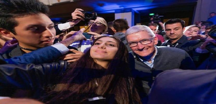 El CEO de Apple se toma un selfie con los estudiantes que asistieron a su conferencia en Italia