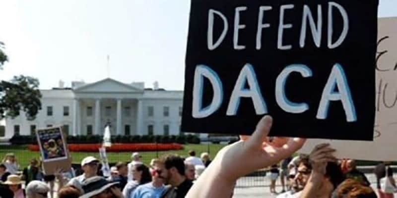 Manifestantes ante la Casa Blanca defendiendo el programa DACA