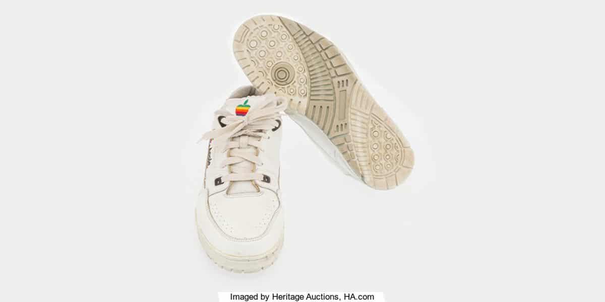 Salen a subasta unas zapatillas con el logo de Apple