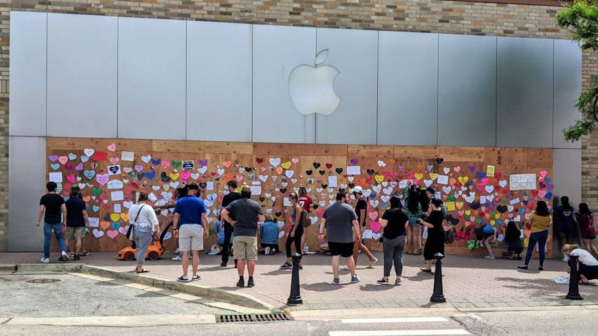 Apple Store cerradas se convierten en lienzos no oficiales